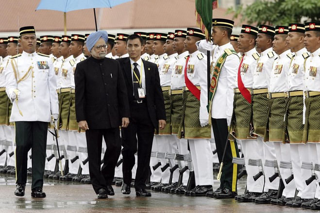 manmohan singh c inspects a guard of honour at the prime minister s ...